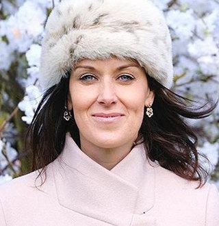Lee McKenzie Married, Partner, Parents, Salary